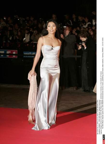 Bien qu'elle n'y ait pas reçu de prix, Angun semble ravie de monter les marches de l'edition 2005