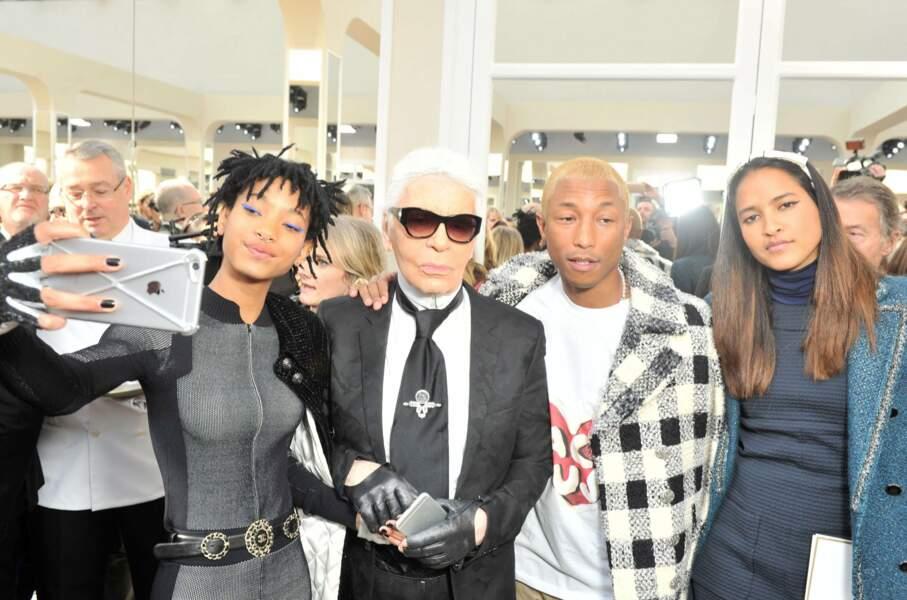 Après le show, Karl Lagerfeld se prête au jeu des selfies ... à côté de Jada Pinkett-Smith ...