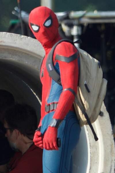 Bah alors, il gratte le costume ? Spider-Man aurait-il une araignée dans le caleçon ?