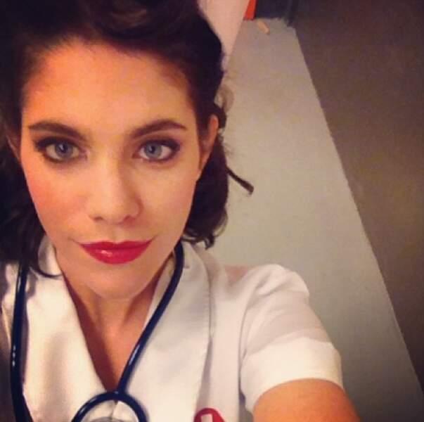 Julia Molkhou n'a pas peur de se déguiser à l'occasion... en infirmière !