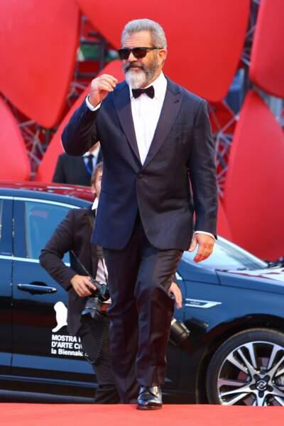 L'acteur-réalisateur est ensuite revenu le soir, costume en place et lunettes de soleil sur le nez