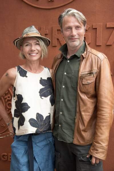 Mads Mikkelsen, détendu et accompagné de son épouse