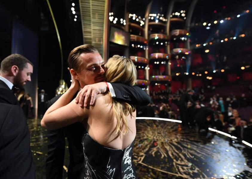 Le tendre câlin entre Leonardo DiCaprio et Kate Winslet, trop mignon !
