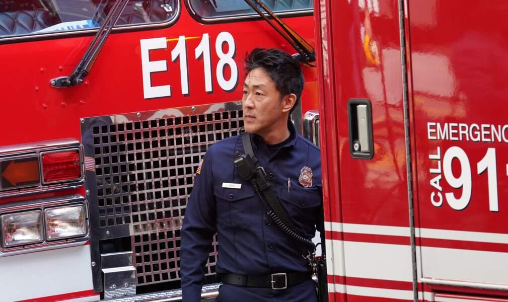 Il est auxilliaire médical dans l'équipe de pompiers du capitaine Nash