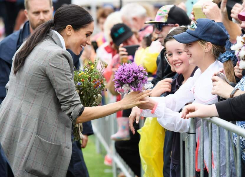 Meghan Markle reçoit un joli bouquet de la part d'une jeune fille