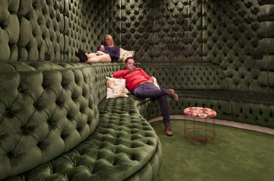 On peut sinon se détendre dans cette salle capitonnée. Pas mal...