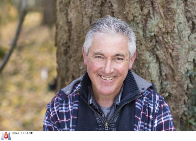 Il a quatre filles et a été éleveur de vaches pendant 25 ans. Il cherche une femme douce et drôle