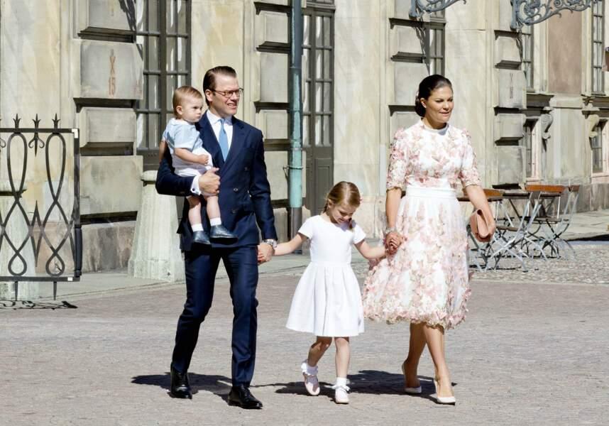 La princesse Victoria, le prince Daniel et leurs deux enfants ouvrent les festivités en allant assister à une messe