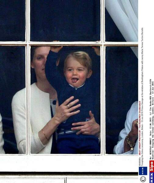 Avec sa nounou, il fait coucou à la foule par les fenêtres de Buckingham Palace