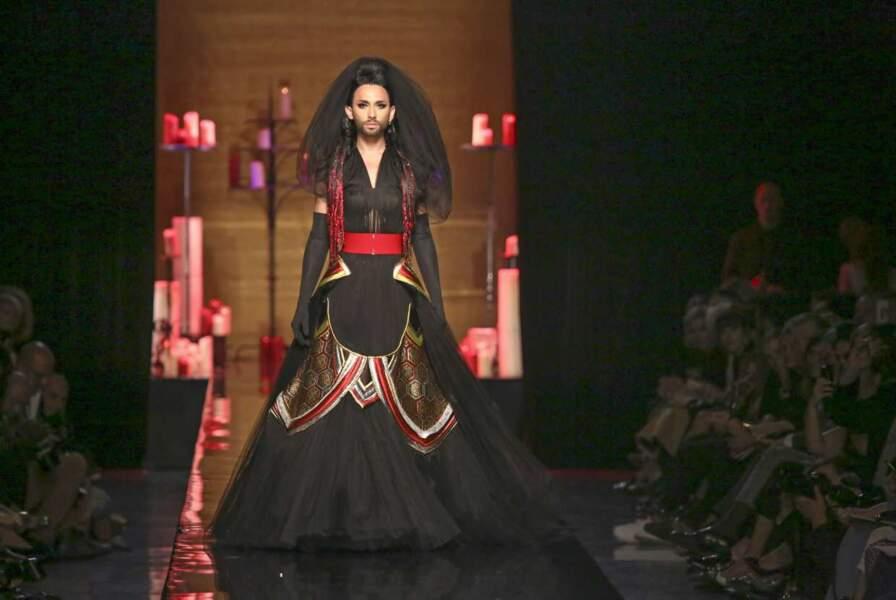 Conchita Wurst défile dans un décor monumental