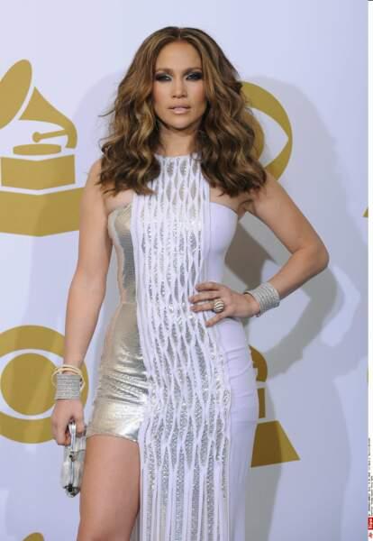 C'est en Versace que J.Lo avait fait sensation au Grammy Awards de 2010, dans une robe asymétrique blanche-argent.