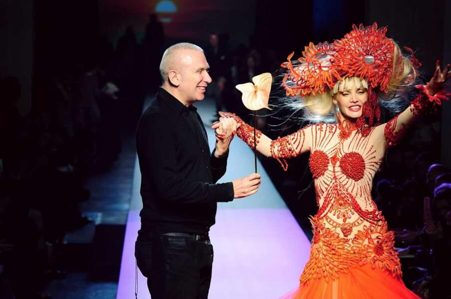 Autre figure excentrique, Arielle Dombasle n'a pas hésité à défiler dans une création de Jean-Paul Gaultier en 2010