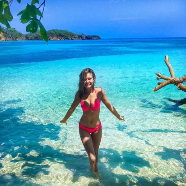 Ah, les Caraïbes, ses eaux turquoises et ses people qui passent du bon temps, comme la top Josephine Skriver.