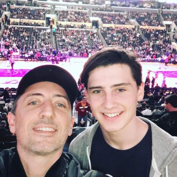 Gad Elmaleh et son fils Noé étaient réunis pour assister à un match de basket.