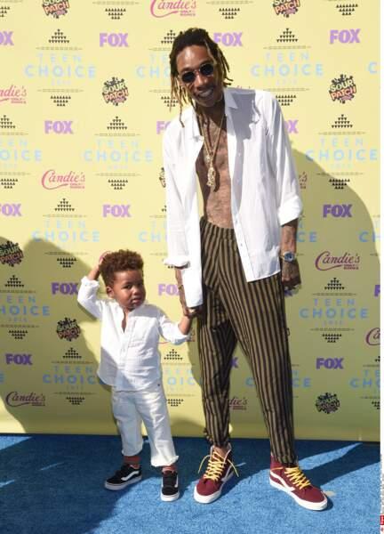 Chemise ouverte, lacets pas attachés... le rappeur Wiz Khalifa a tout fait pour laisser la vedette à son fils