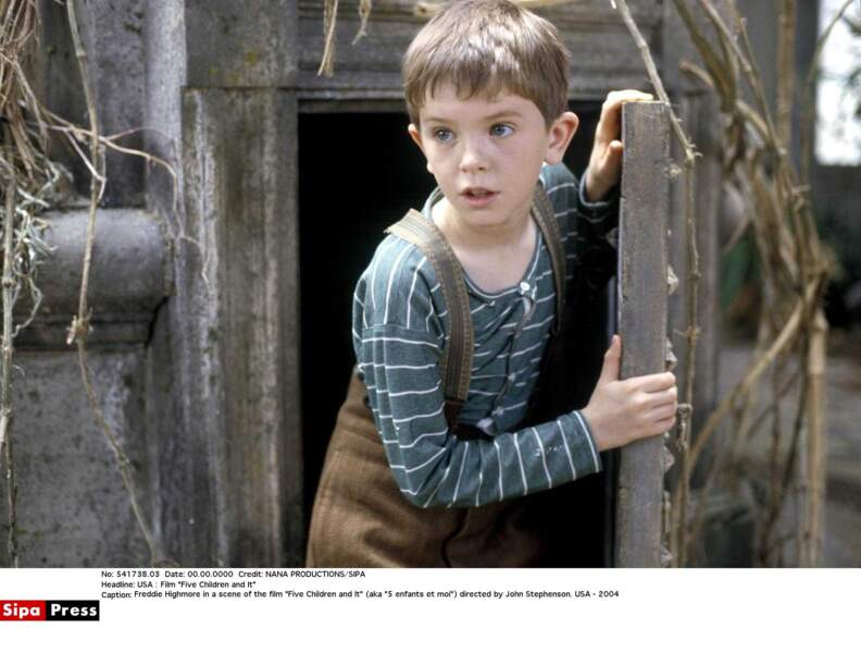 En 2004, Freddie Highmore joue au cinéma dans Cinq enfants et moi