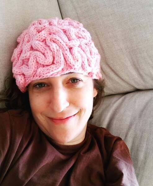 Sans transition, on adore le bonnet-cerveau de Mayim Bialik.