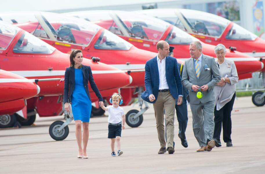Toute la famille passe en revue les avions de chasse présents sur la base