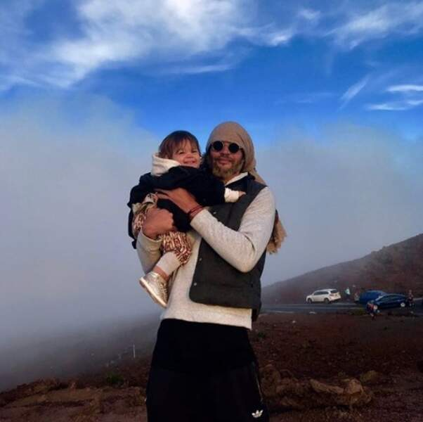 Petite photo de famille pour Joakim Noah et sa petite Leia.