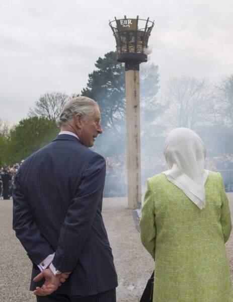 Sous l'œil amusé de son aîné et héritier en titre, le prince Charles