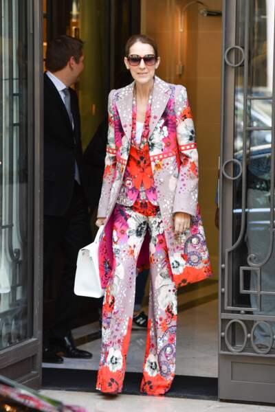 Quelques jours plus tôt, toujours au Royal Monceau, elle avait choisi un ensemble fleuri très extravagant