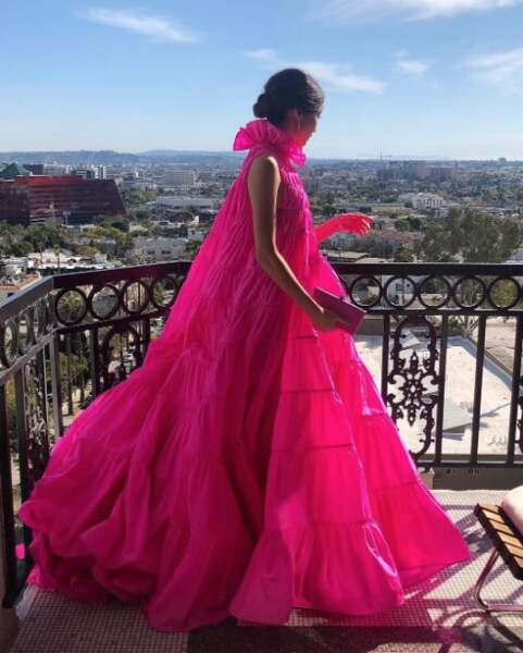 L'actrice Gemma Chan a choisi une robe couleur rose flashy