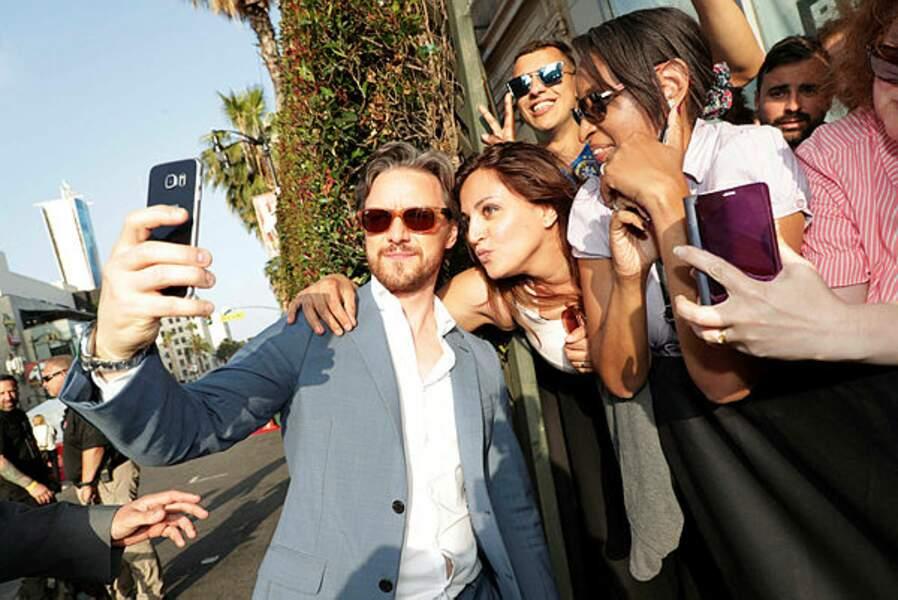 James McAvoy pose avec des fans