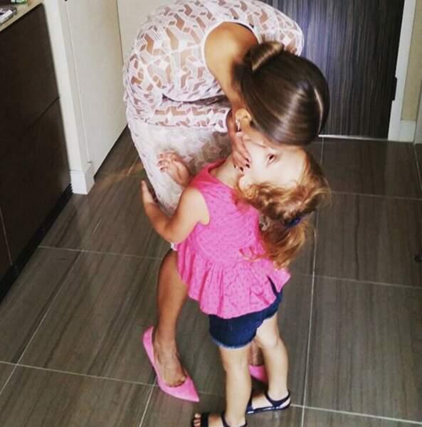 Une maman aimante et perchée sur de hauts talons