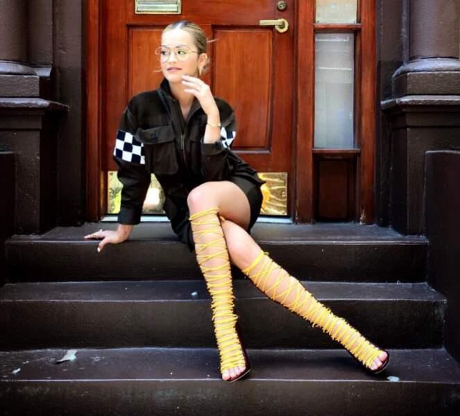 Et Rita Ora a opté pour des bottes en scoubidous.