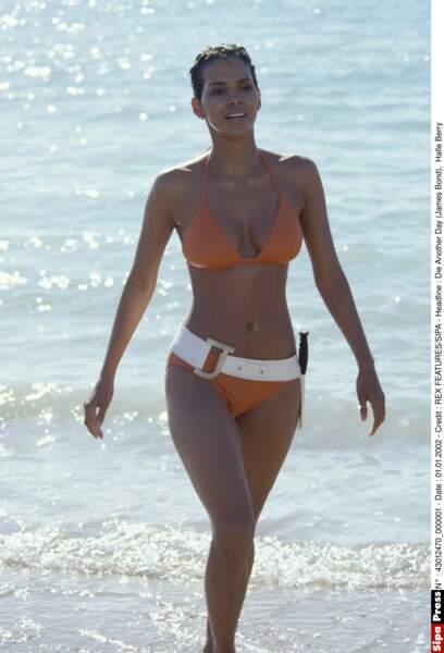 Sortie de l'eau remarquée pour la James Bond's girl Halle Berry dans Meurs un autre jour (2002).