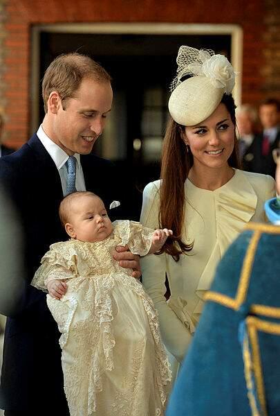 En octobre 2013, George, héritier au trône entre dans la maison de Dieu