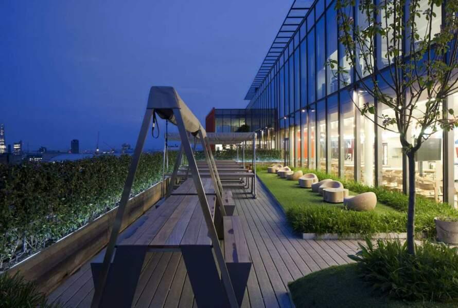 Dans les bureaux de Google à Londres, on peut aussi se faire une pause à la cool sur cette super terrasse