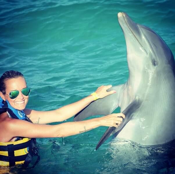 Laeticia Hallyday nage avec les dauphins...