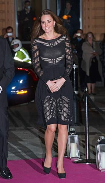 Octobre 2014. Cette petite robe ajourée a bien plus à la Reine. Si, si… Du coup Kate ne la porte plus