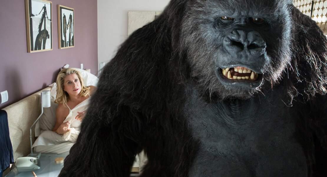 Avec un primate (bis) : Catherine Deneuve et un gorille dans Le tout nouveau testament (2015)