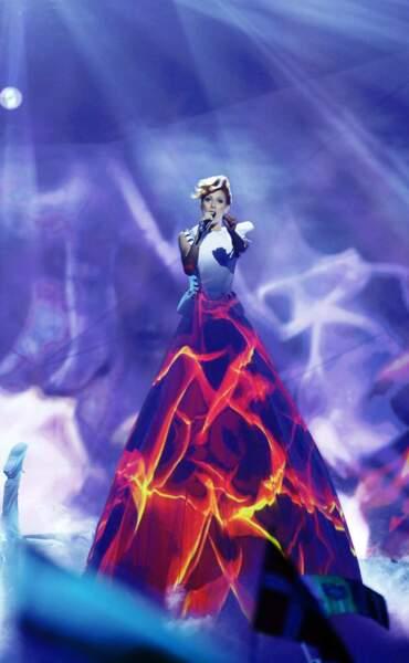 Demi-finale :  la chanteuse moldave et son immense robe (la veinarde, elle a des jambes de 2m40)
