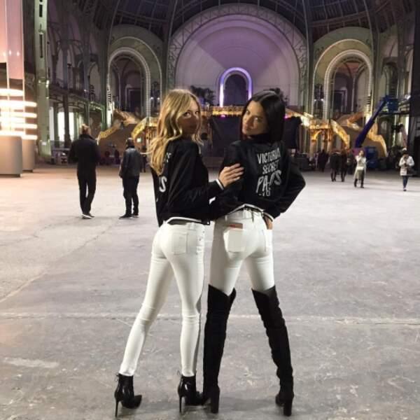 En découvrant le Grand Palais, lieu du défilé ce mercredi, elles se sont bien sûr empressées de se photographier.