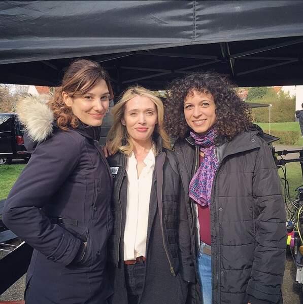Elle pose avec Anne Marivin et la scénariste Sarah Kaminsky