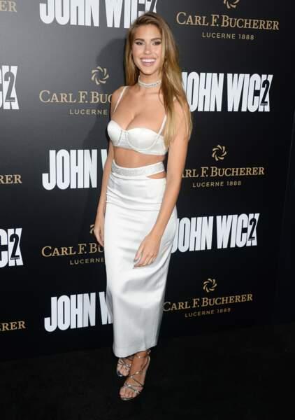 Il s'agit de la mannequin Kara Del Toro, qui a visiblement oublié de s'habiller pour la Première de John Wick 2 !