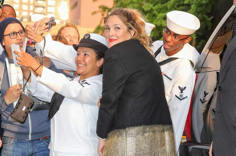 Les militaires n'ont pas résisté à une petite photo avec Drew Barrymore.