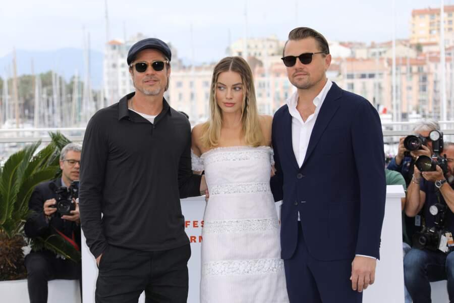 Brad Pitt et Leonardo DiCaprio entourent Margot Robbie