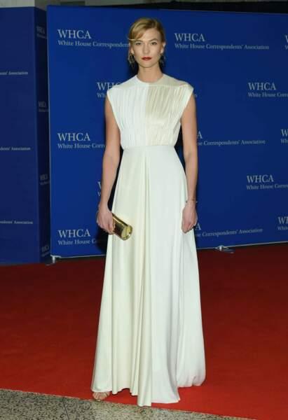 La mannequin Karlie Kloss très classique dans sa petite robe crème, mais sublime !