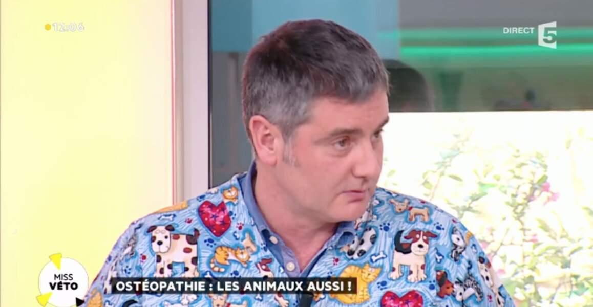 Ce vétérinaire, invité sur le plateau de La Quotidienne, a lui opté pour la chemise à motifs…
