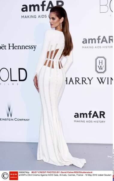 La robe blanche et les courbes de la mannequin Izabel Goulart quoi... BEAUTE !
