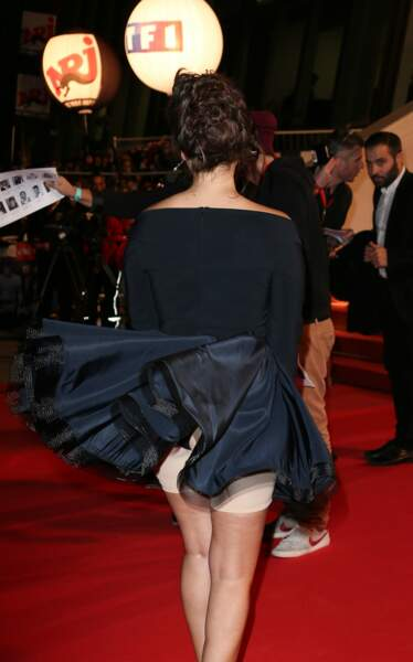 Oops ! Un coup de vent malencontreux du côté de Cannes a laissé voir, en 2014, la gaine de Joyce Jonathan