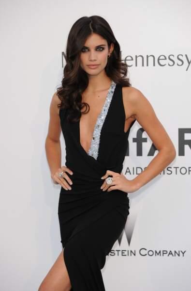 Sara Sampaio n'est pas passée inapercue non plus lors du Gala de l'AmfAR