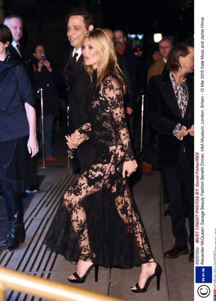 Kate Moss n'a pas peur de dévoiler son corps sur de la dentelle sexy