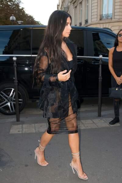 Kim Kardashian se rend tranquillement dans son resto préféré avenue Montaigne