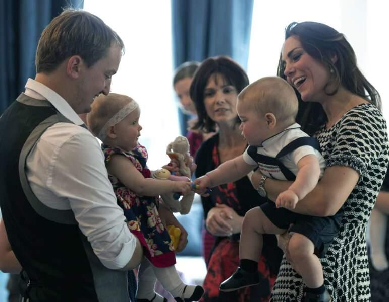 Apparemment, le courant passe bien entre George et les autres bébés