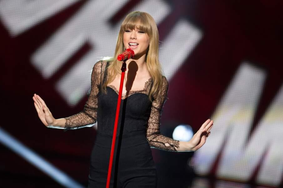 Taylor Swift et son micro rouge en 2013
